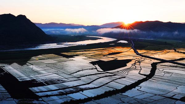 东村的那一缕朝阳 姜万波 摄