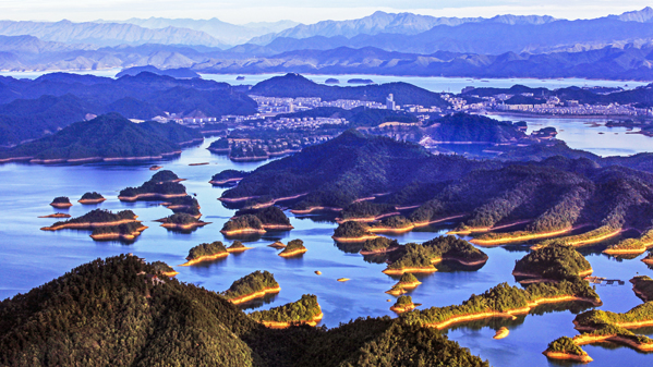 翠湖环抱明珠城--周双成摄