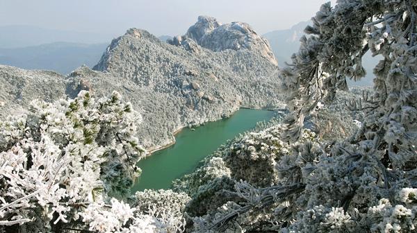 冰雪炼丹湖 何传伟 摄