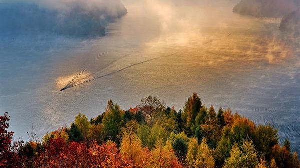 山湖秋枫 付丽华 摄