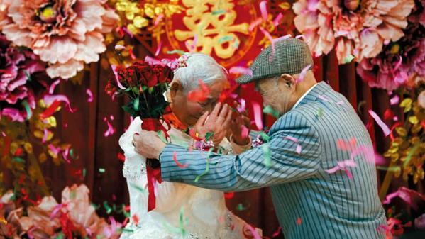 2019年2月14日,是浙江省嘉兴桐乡市93岁的费忠华与88岁的吴彩仙两位老人结婚70年的日子。成杰 摄