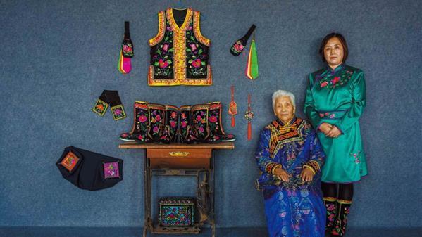 2019年6月19日, 内蒙古自治区奈曼旗, 蒙古族刺绣传承者梁银小和她的儿媳春英。 李玉山 摄
