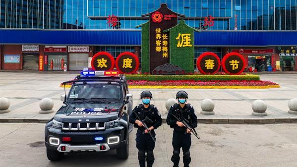广东特警在火车站、城南高速出口执勤  何志林 摄