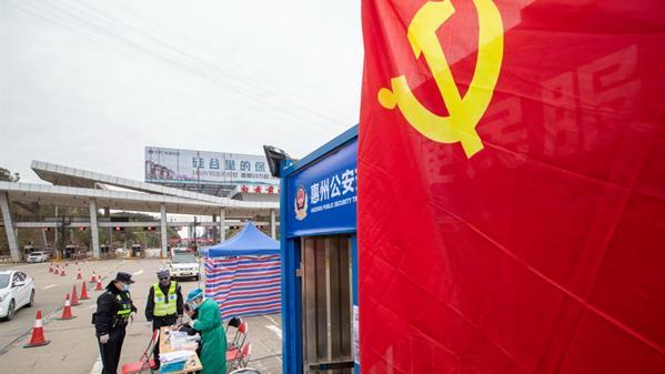 党旗飘扬在防控疫情一线 黄辉延 摄