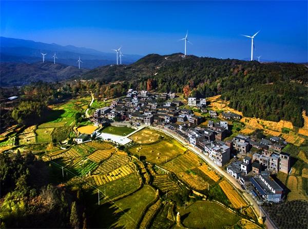 《山村喜迎新能源》-黄山湖 摄(广东连州)