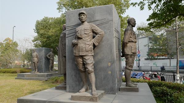 杭州武林门广场的雷烨雕像。 洪兵 摄