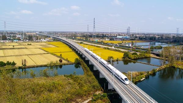 高铁开进  水乡高邮  王林山 摄