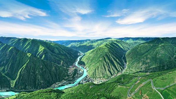 新龙县城 米宏伟 摄