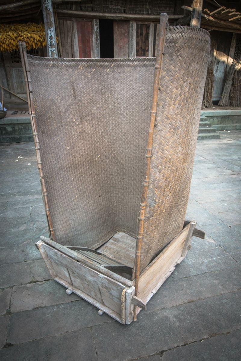 拌桶的外形为正方形,由厚约5厘米的四块木板和数块底板,采用