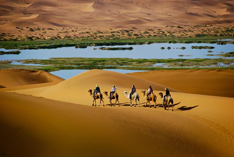 内蒙古自治区阿拉善左旗腾格里沙漠月亮湖