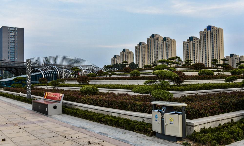 广场项目位于许昌市东城区天宝路北侧,由科技馆,青少年活动中心,海洋