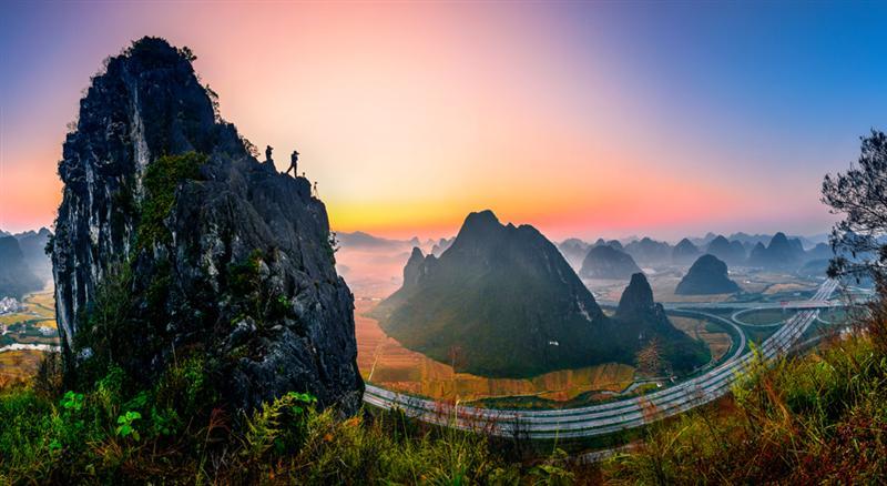 作品描述: 广西靖西素有小桂林之称,奇峰林立,风光秀美,穿境而过的图片