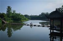 走在柳江小桥上
