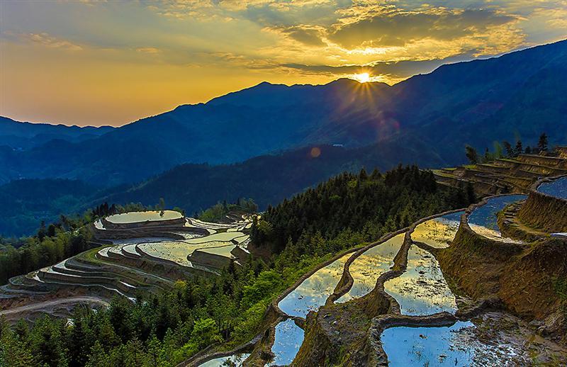桃源梯田景区位于左安境内最高峰海拔1442米的神女峰(轿子顶)脚下的