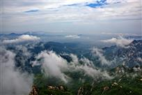 灵山蓄云彩