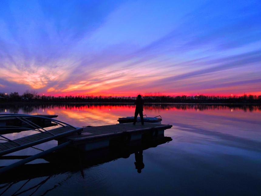 作品描述: -晚霞似火,吸引了痴迷的摄影爱好者  拍摄地点: 垦利民丰湖