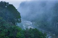 薄雾笼罩羊跳峡