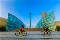 骑共享单车揽城市风光