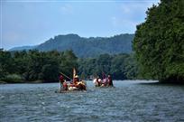 溪水粼粼荡轻舟