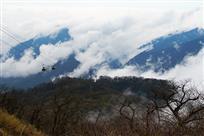 高山缆车跨云海