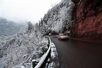 车行雪景中