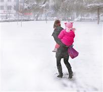 妈妈背宝赏雪景