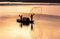 松花湖上打渔船