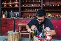 《手工制作铜壶》