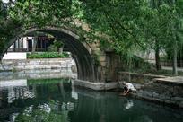 清澈小河流古桥