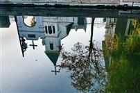 教堂映在秋水中