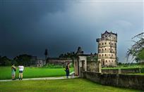 暴雨来临前的碉楼