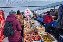 乡村集市上的保暖水果摊