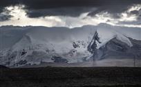 雪山与铁塔